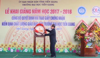 Ông Trần Thanh Đức đánh trống khai giảng năm học mới