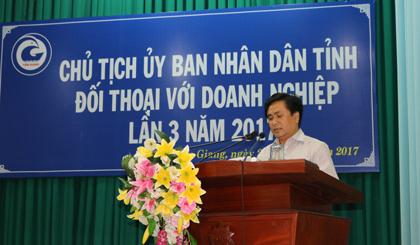 Ông Trần Văn Dũng, Giám đốc Sở Kế hoạch và Đầu tư báo cáo tóm tắt tình hình kinh tế - xã hội 9 tháng năm 2017 và một số nhiệm vụ trọng tâm trong những tháng cuối năm