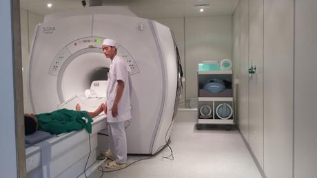 Bác sĩ Bệnh viện Quân y 120 sử dụng hệ thống chụp cộng hưởng từ MRI-1.5 khám cho bệnh nhân.