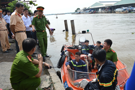Lãnh đạo các sở ngành có mặt tại hiện trường chỉ đạo công tác tìm kiếm nạn nhân và trục vớt phương tiện