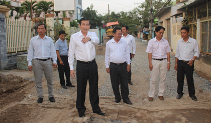 Chairman of the PPC Le Van Huong inspectes works in My Tho city