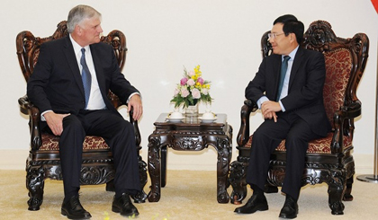 Deputy PM and FM Pham Binh Minh (R) receives President and CEO of the SPIR, Pastor Franklin Graham, in Hanoi on December 7. (Credit: VGP)