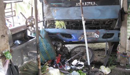 Chú thích ảnh: Chiếc xe tải đâm vào quán giải khát ven đường.