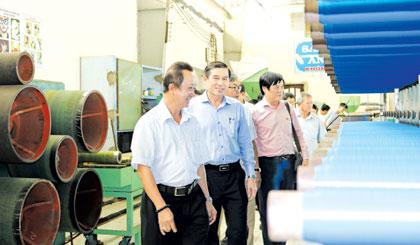 Chủ tịch UBND tỉnh Lê Văn Hưởng thăm và làm việc với Công ty TNHH Sản xuất - Thương mại Phú Đạt. Ảnh: HỮU NGHỊ
