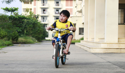 Vietnamese student pedals children's bike to university