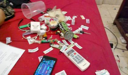 Thiếu nữ trong căn phòng số 5 cùng với dụng cụ dùng để sử dụng ma túy.