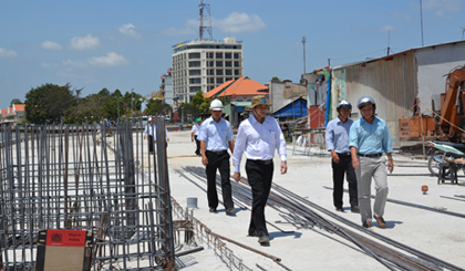 Chairman of the PPC Le Van Huong inspects major projects