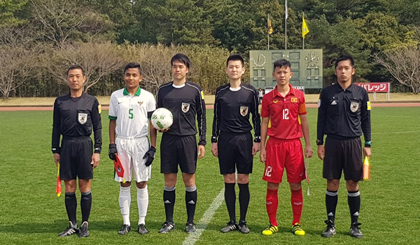 Vietnam U16s (in red) drop the overall trophy at the Japan-ASEAN Youth Football Tournament 2018.