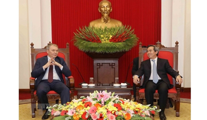 Politburo member Nguyen Van Binh (right) receives Leonid Ivanovich Kalashnikov, member of the Presidium – Secretary of the Central Committee of the Communist Party of the Russian Federation. (Photo: VNA)
