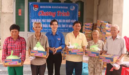 Tỉnh đoàn phối hợp với Bệnh viện Quân y 120 tổ chức khám bệnh phát thuốc miễn phí, tặng 150 phần quà cho các gia đình chính sách, người nghèo, gia đình đoàn viên, hội viên có hoàn cảnh khó khăn trên địa bàn xã Long Thuận