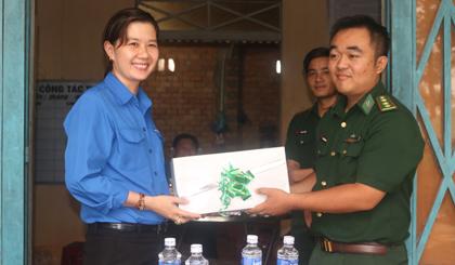 Chị Nguyễn Thị Mỹ Nương, Phó Bí thư Tỉnh đoàn tặng quà cán bộ chiến sĩ Chốt Biên phòng Cây Me (xã Long Thuận, huyện Bến Cầu, tỉnh Tây Ninh).