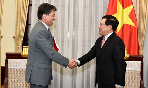 Deputy PM and FM Pham Binh Minh receives Greek Ambassador to Vietnam Ioannis E. Raptakis in Hanoi on May 16. (Photo courtesy to the Ministry of Foreign Affairs)