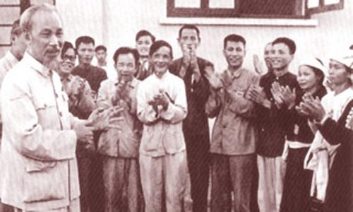 Chủ tịch Hồ Chí Minh nói chuyện với các Anh hùng và chiến sĩ thi đua nông nghiệp (ngày 27-5-1957). Ảnh: Sưu tầm