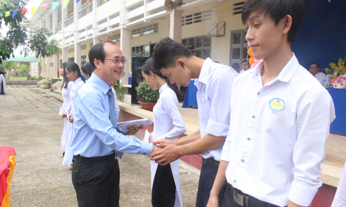 Head of Department of Propaganda and Training attends Thu Khoa Huan High School's closing ceremony