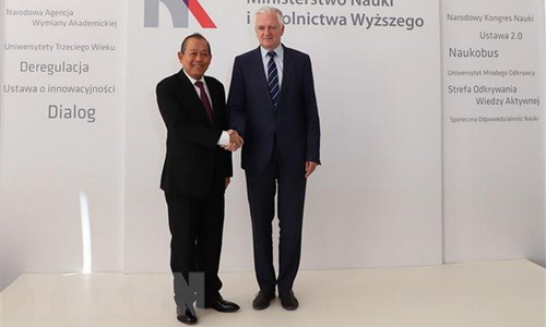 Vietnamese Deputy Prime Minister Truong Hoa Binh (L) and Polish Deputy Prime Minister and Minister of Science and Higher Education Jaroslaw Gowin (Photo: VNA)