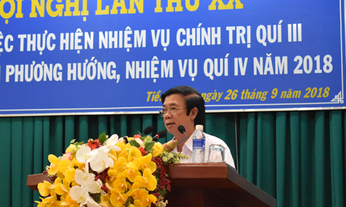 Secretary of the Tien Giang provincial Party Committee Nguyen Van Danh speaks at the conference.