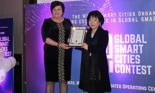 "Chairperson and CEO of AIC Group, Dr. Nguyen Thi Thanh Nhan (R), receives the ""World's Best Smart Nation Concept and Model"" award from the Global Smart Cities Contest at a ceremony in London on October 1. (Photo courtesy to AIC Group)"
