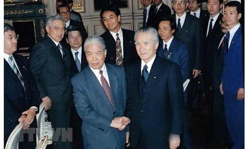 Former Party General Secretary Do Muoi (L) meets with Japanese Prime Minister Tomiichi Murayama during his official visit to Japan from April 18 to 19, 1995. (Photo: VNA)