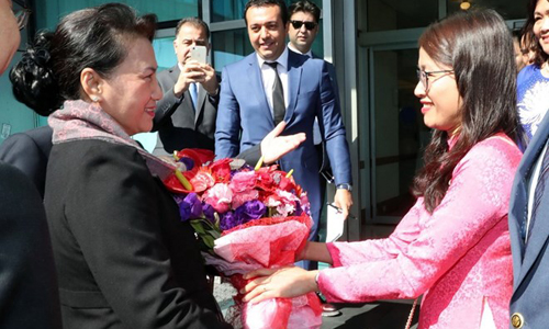 NA Chairwoman Nguyen Thi Kim Ngan is welcomed at the Ataturk International Airport in Istanbul (Photo: VNA)