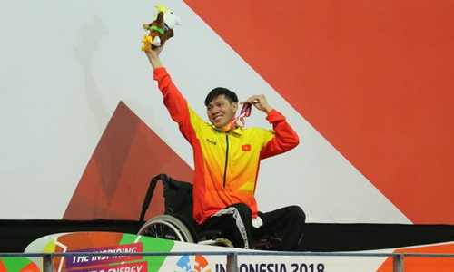 Swimmer Vo Thanh Tung celebrates his gold medal at the medal podium (Photo: VNA)