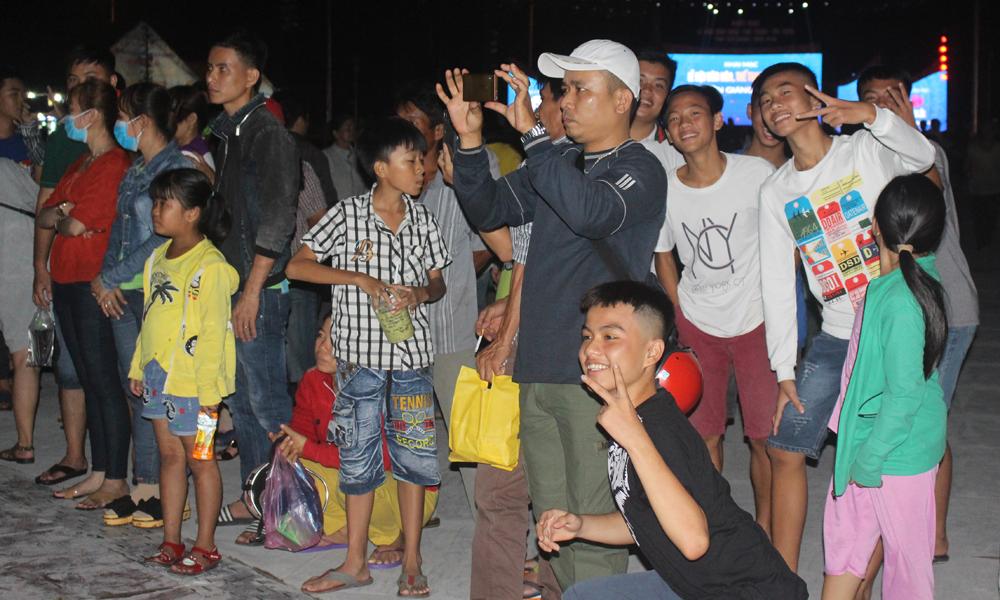 Người dân đến xem biểu diễn nhạc nước.