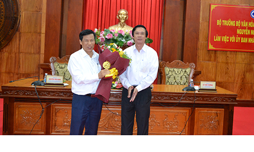 Member of the Party Central Committee, Secretary of the Provincial Party Committee, Chairman of People's Council of Tien Giang province Nguyen Van Danh presented flowers to the Minister of Culture, Sports and Tourism.