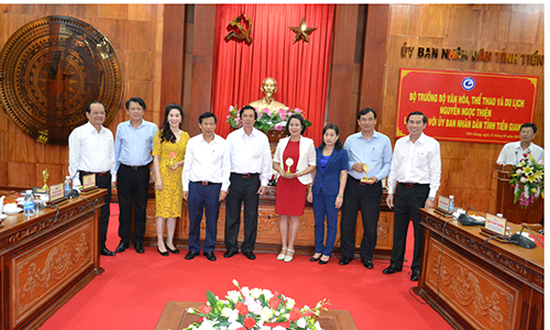 Provincial leaders took photos with the delegation.