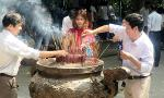 Over 30,000 visitors offer incense to commemorate Hung Kings during Tet