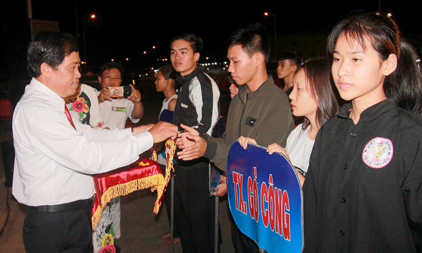 Director of the Department of Culture, Sports and Tourism Nguyen Duc hands over the souvenir flag to participating units.
