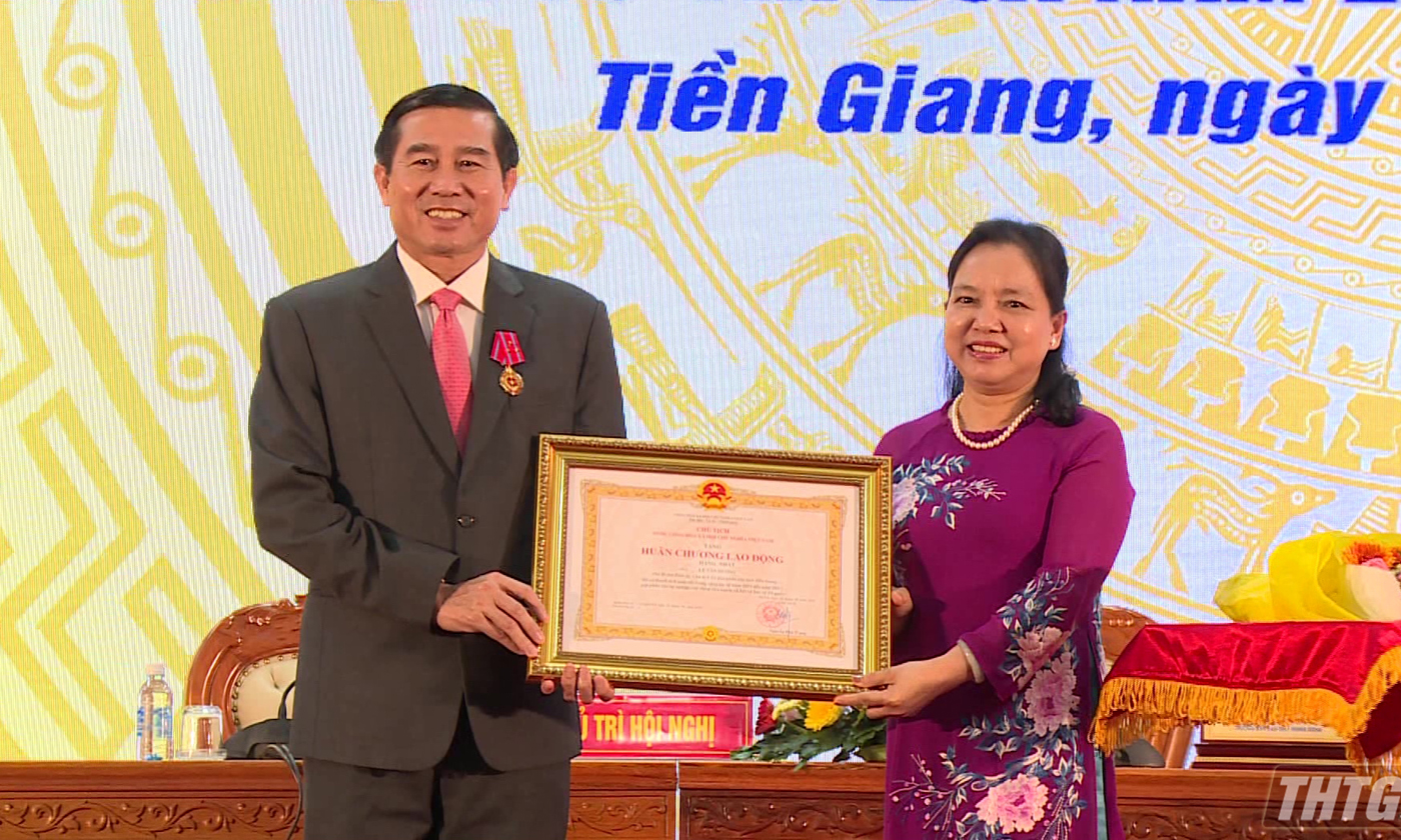 Deputy Secretary of the Tien Giang provincial Party Committee, Chairman of the Provincial People's Committee Le Van Huong was honorably awarded the First-class Labor Medal.
