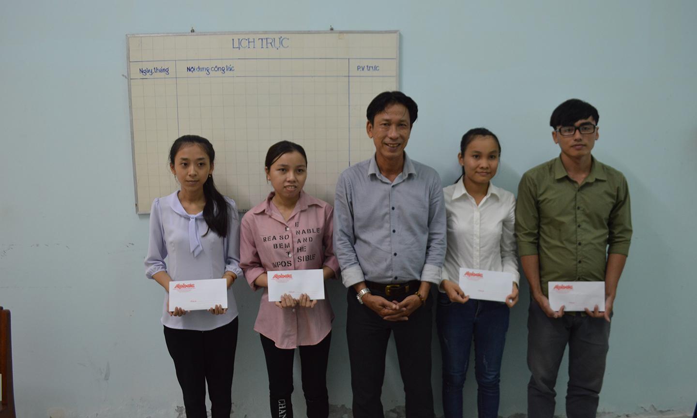 Đại diện Ban biên tập báo trao học bổng cho các sinh viên.