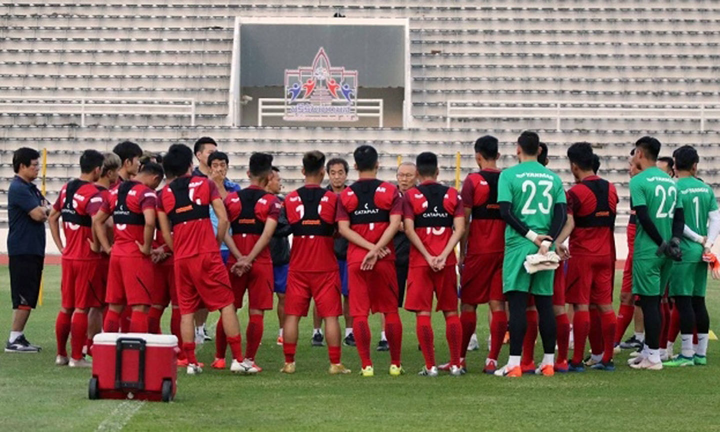 Coach Park Hang-seo talks with the players ahead of the training session. (Photo: Vietnam Football Federation)