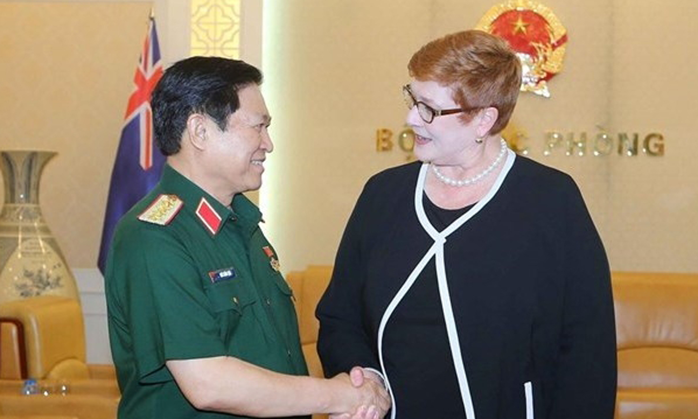 Minister of National Defence Gen. Ngo Xuan Lich (L) shakes hands with Australian Minister for Foreign Affairs Senator Marise Payne (Photo: VNA)