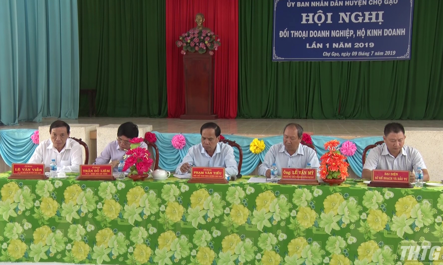 Cho Gao district holds a dialogue with enterprises and business households