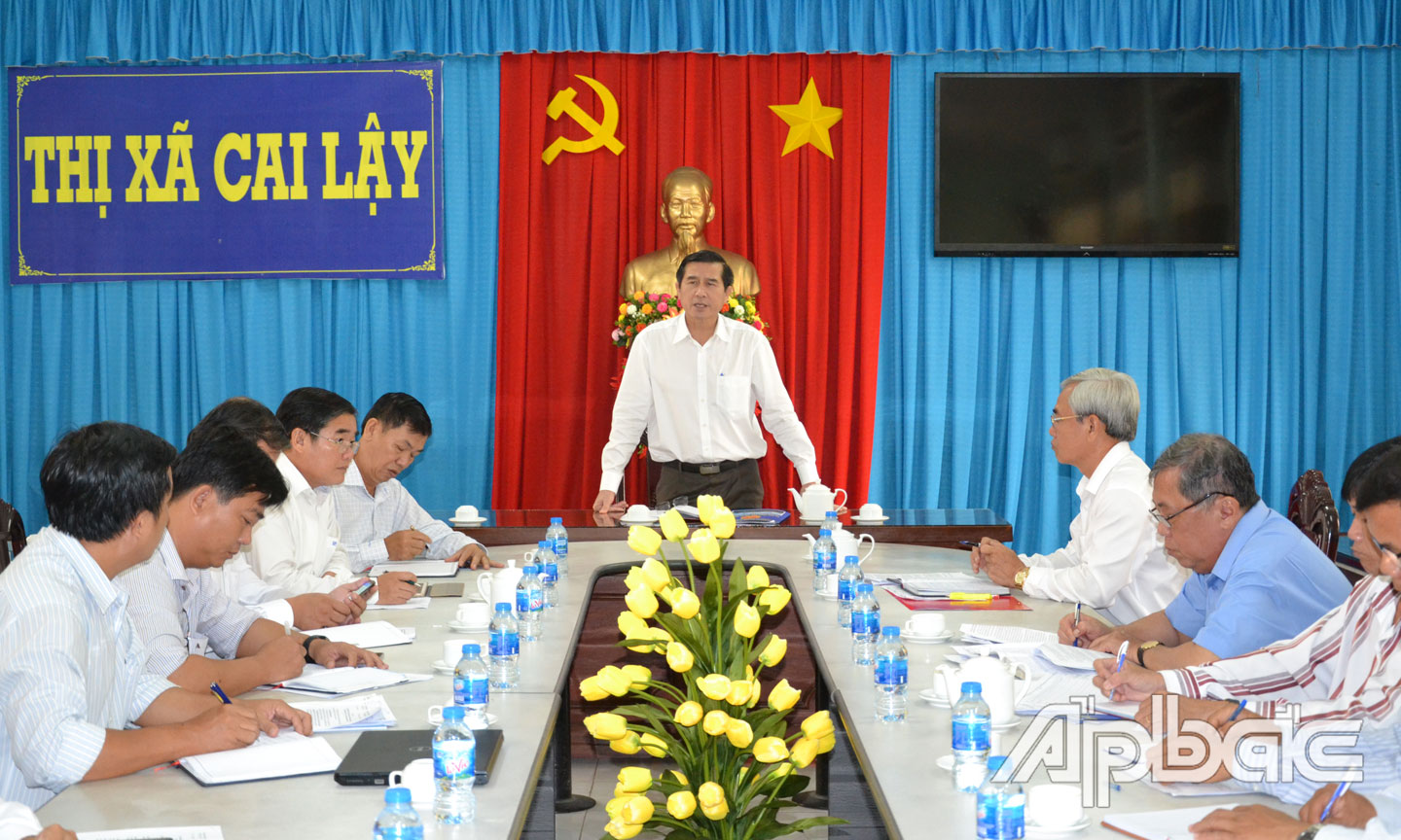Chairman of the PPC Le Van Huong speaks at the meeting with the Cai Lay town People's Committee