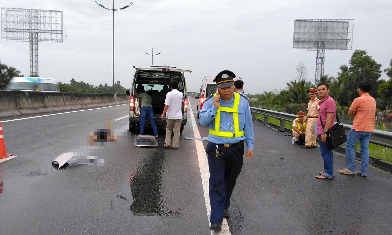 Thi thể nạn nhân được xe cứu thương đi khỏi hiện trường để phúc vụ công tác điều tra.