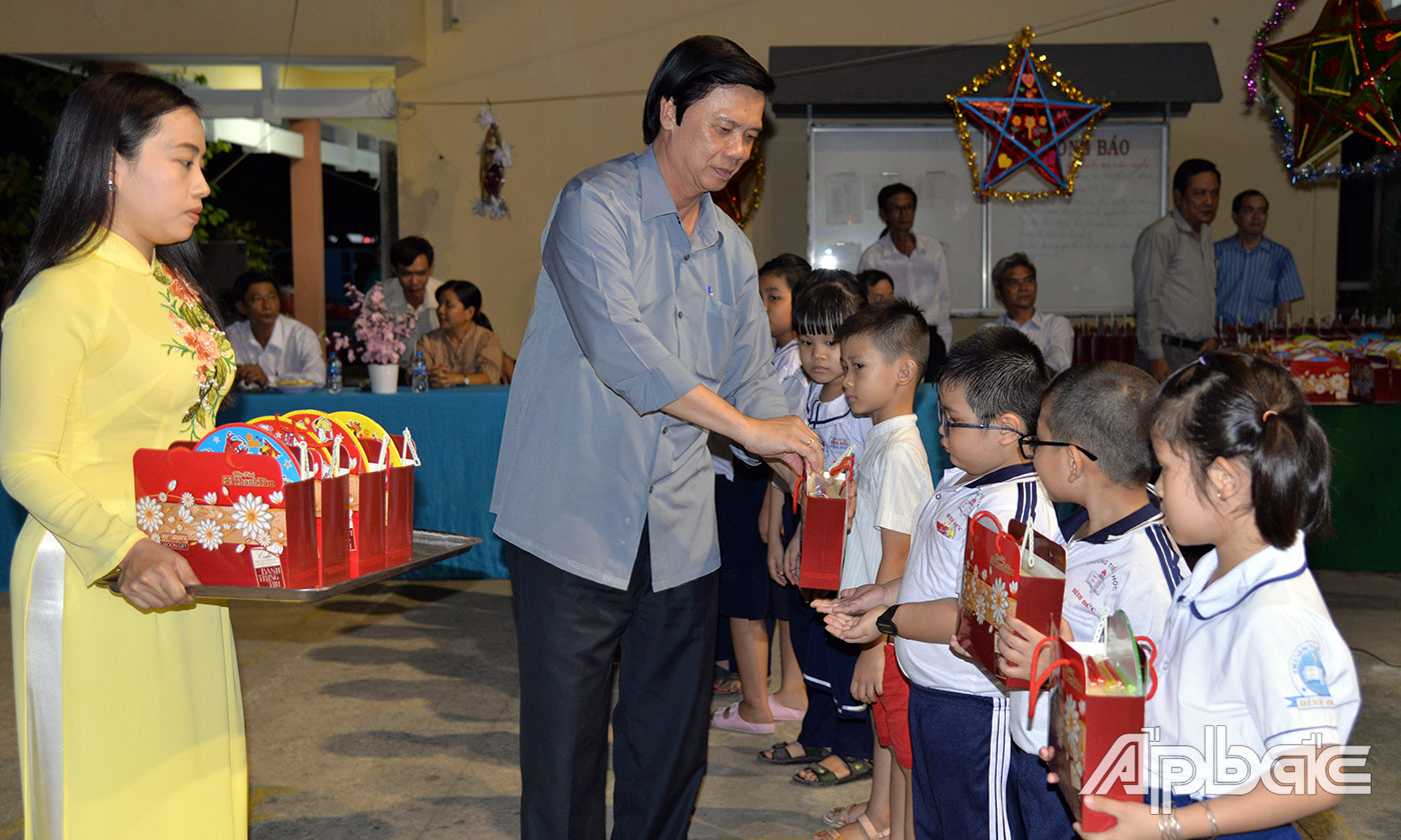 Secretary of the Provincial Party Committee Nguyen Van Danh presents moon cakes to children