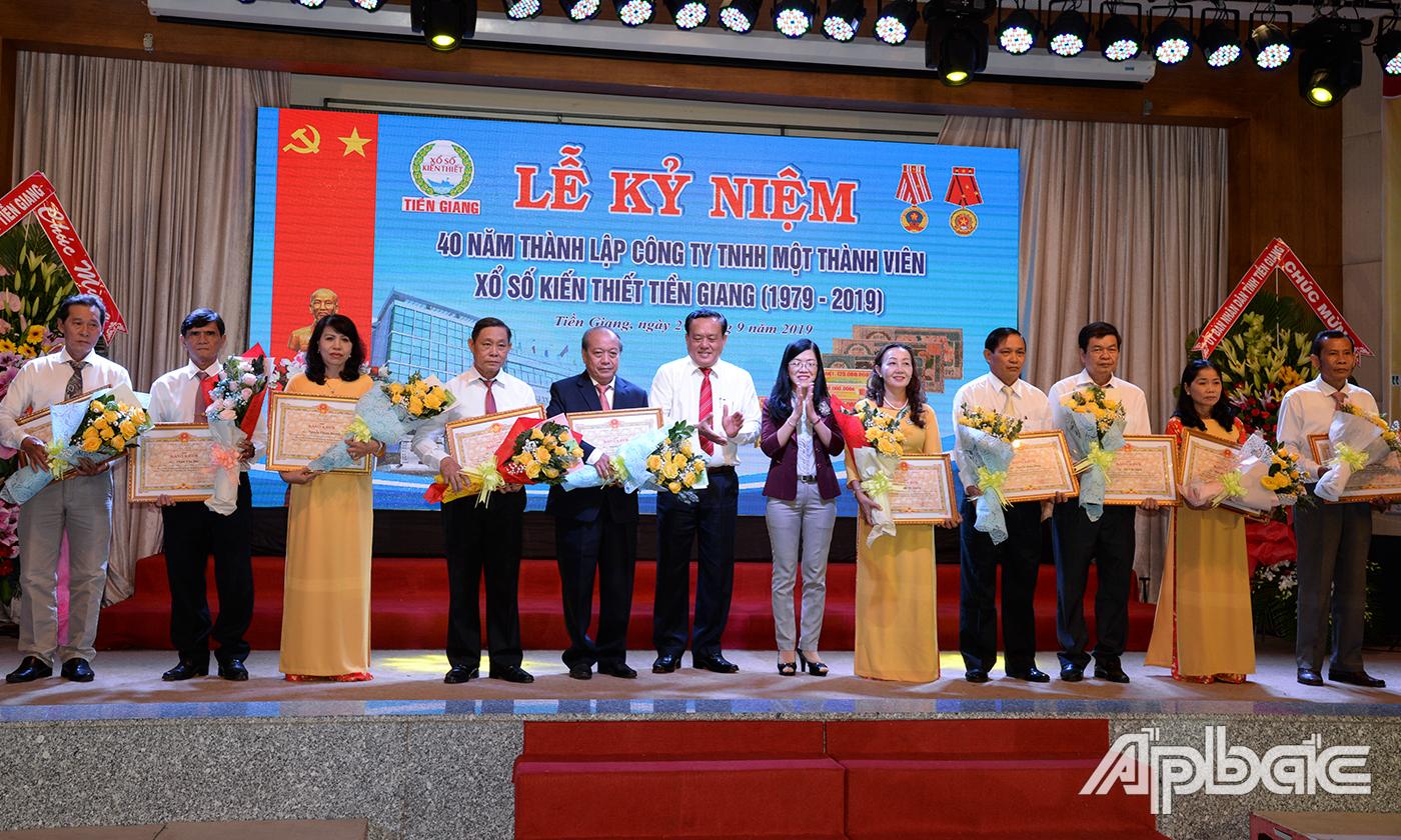Lãnh đạo tỉnh trao Bằng khen của UBND tỉnh cho các đại lý và nhân viên của Công ty.