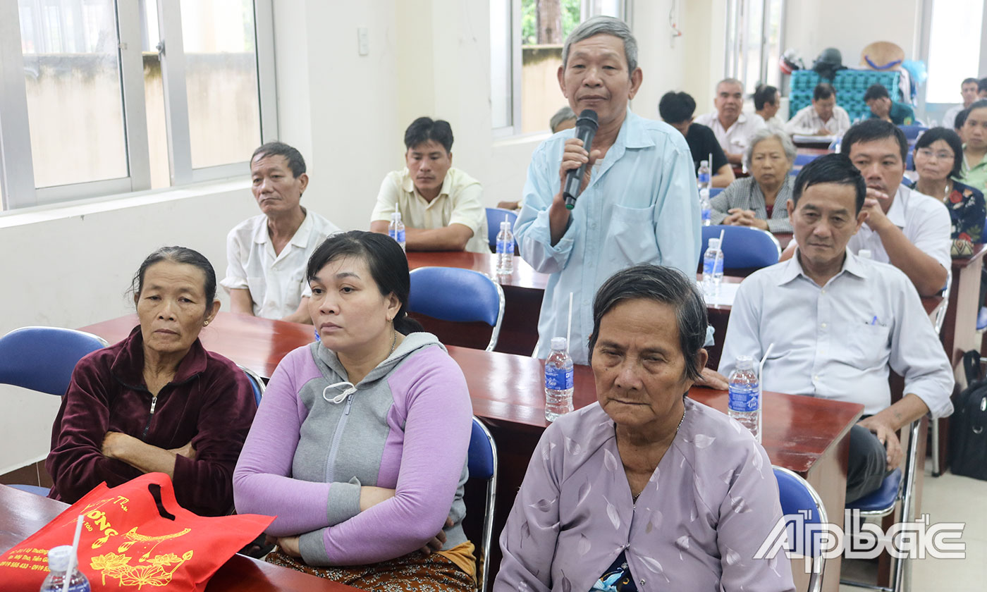 A voter in Thanh My commune raises his opinions during the meeting