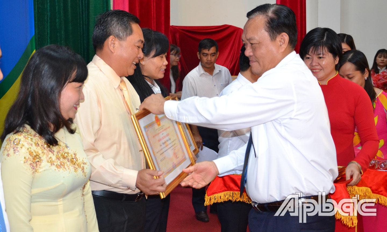 Phó Chủ tịch Thường trực UBND tỉnh Lê Văn Nghĩa trao Bằng chứng nhận doanh nhân Tiền Giang tiêu biểu năm 2019.