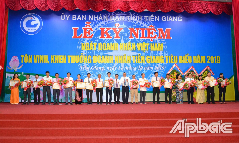 Tôn vinh, khen thưởng doanh nhân Tiền Giang tiêu biểu năm 2019.