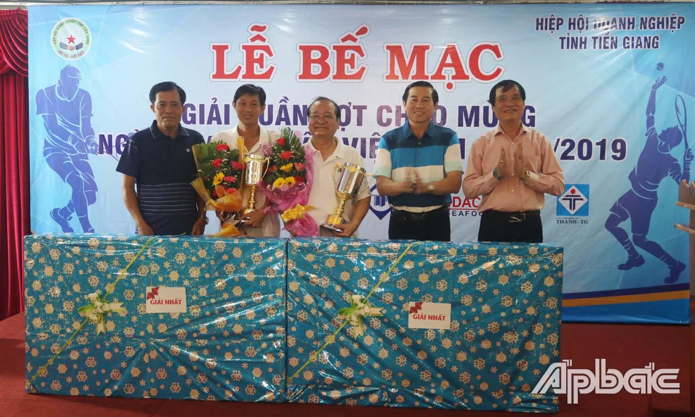 Đồng chí Lê Văn Hưởng, Phó Bí thư Tỉnh ủy, Chủ tịch UBND tỉnh trao thưởng cho các VĐV đoạt giải Nhất.