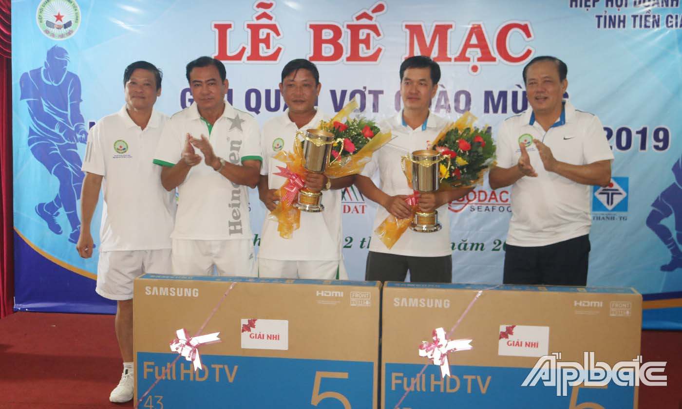 Đồng chí Lê Văn Nghĩa, Ủy viên Thường vụ Tỉnh ủy, Phó Chủ tịch UBND tỉnh trao thưởng cho các VĐV đoạt giải Nhì.