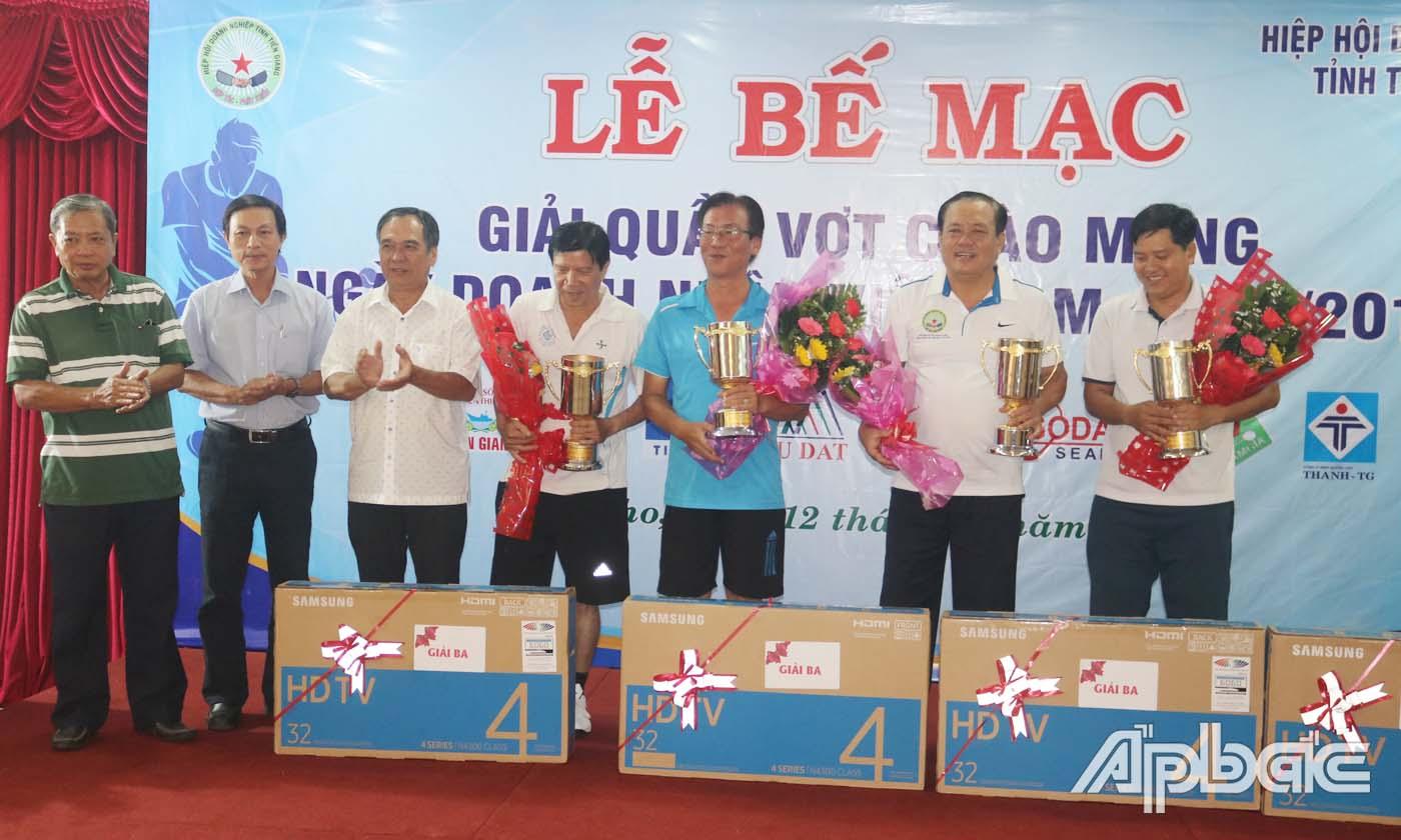 Ban Tổ chức trao thưởng cho các VĐV đoạt giải Ba.