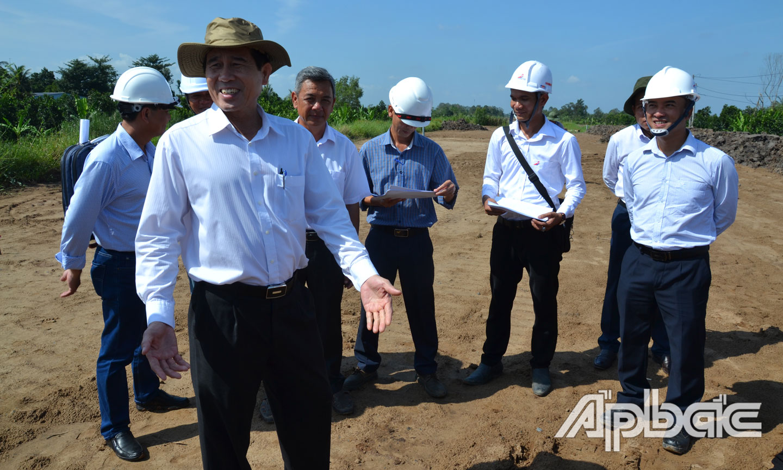 Chủ tịch UBND tỉnh Lê Văn Hưởng kiểm tra tiến độ tại gói thầu số 17, huyện Cái Bè.