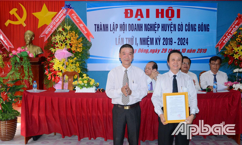 Lãnh đạo UBND huyện Gò Công Đông trao quyết định thành lập Hội DN huyện Gò Công Đông.