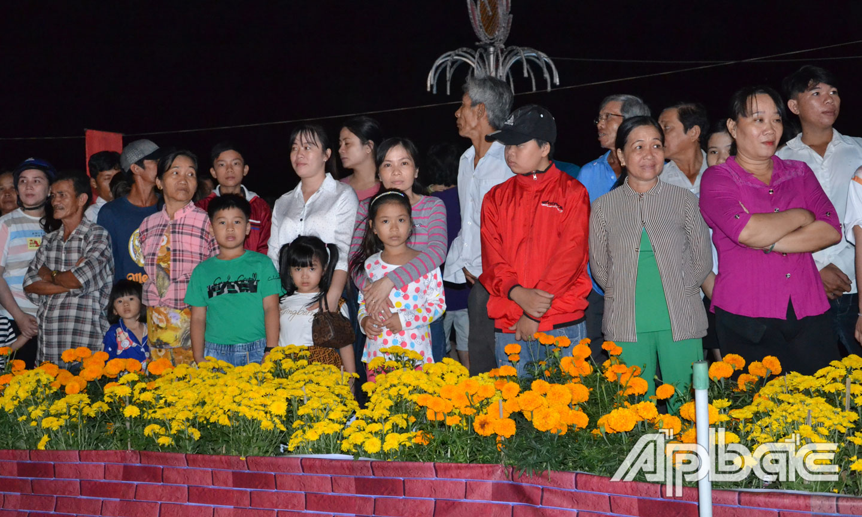 Đông đảo người dân đến xem Lễ khai mạc.