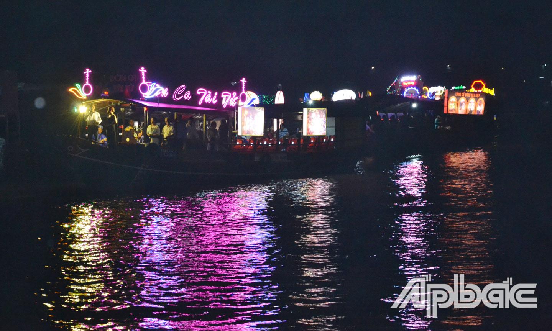 Diễu hành thuyền hoa trên sông.