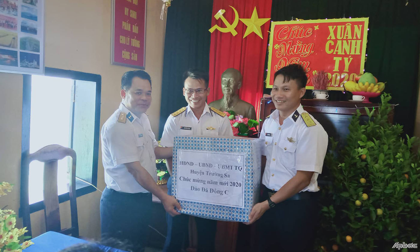 Tet gifts sent to Truong Sa soldiers, people