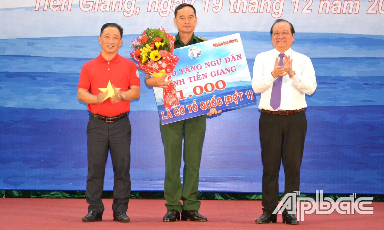 Trao bảng biểu trưng 1.000 lá cờ Tổ quốc cho Bộ Chỉ huy Bộ đội Biên phòng Tiền Giang để trao cho ngư dân.